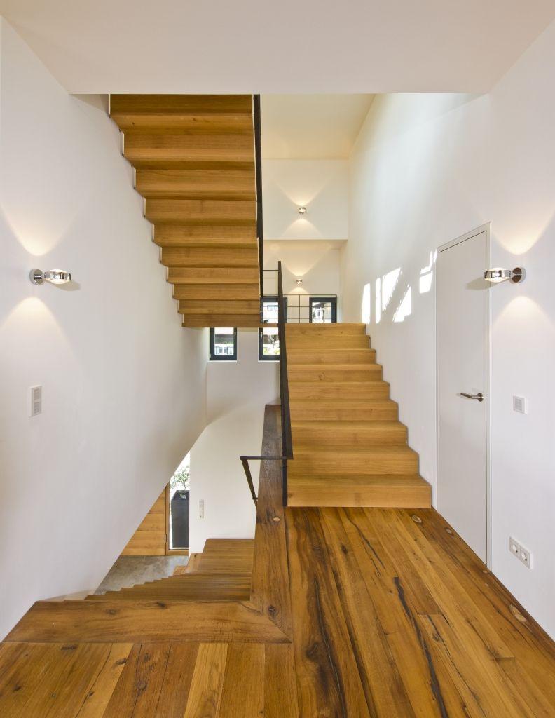 Grandioses Treppenhaus aus massivem Holz und weißen Wänden  Treppe  Pinterest