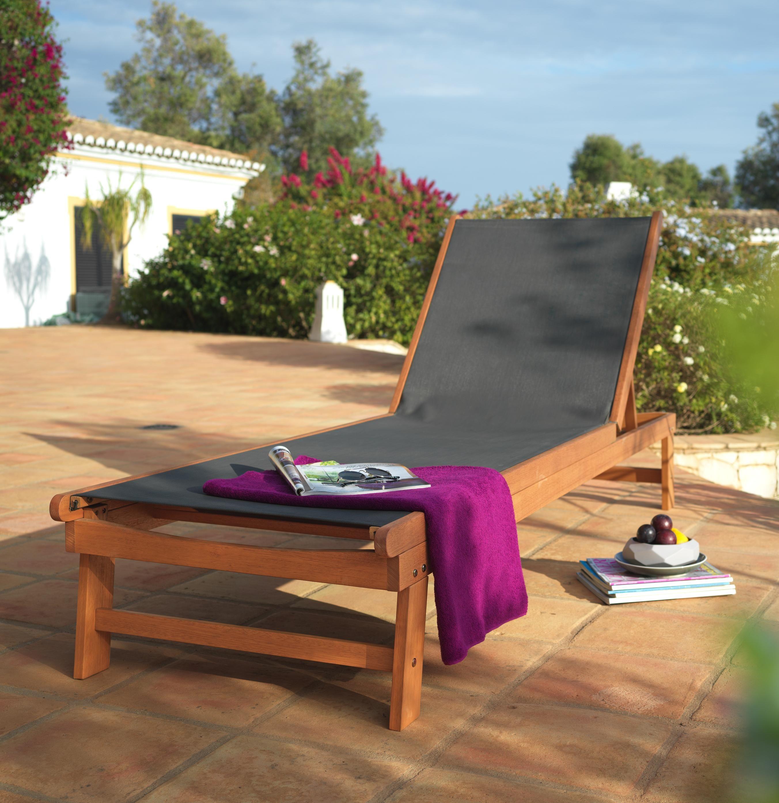 Sonnenliege aus Holz mit gemütlicher Liegefläche