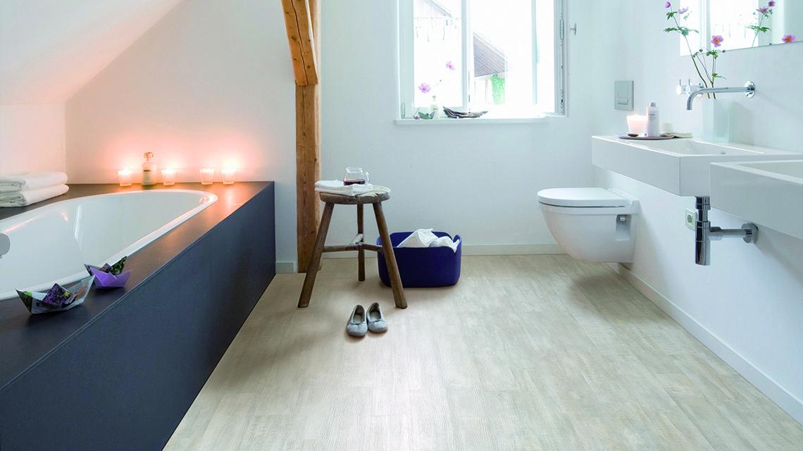 Een kurkvloer in de badkamer in houtmotief hydrocork ook