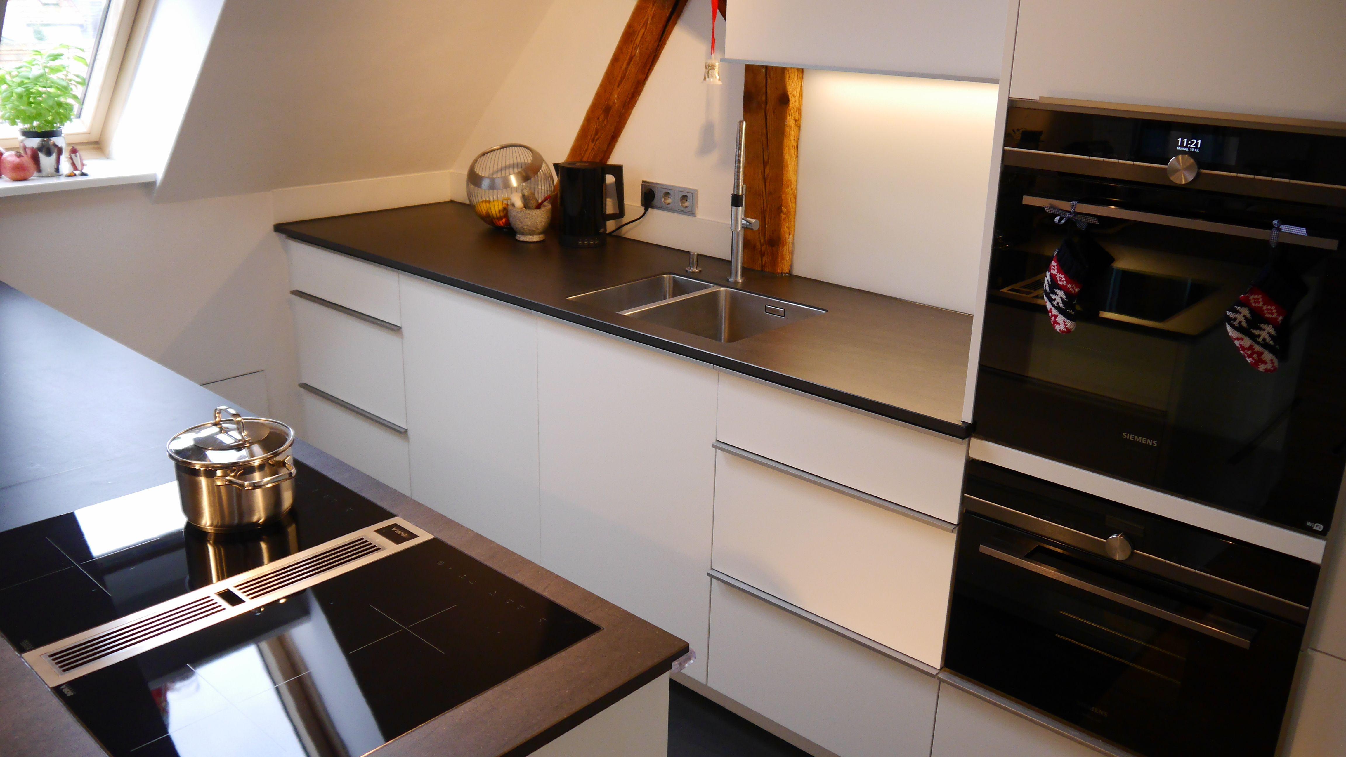 Dachgeschoss Einbaukuche Mit Quarzstein Arbeitsplatte Einbaukuche Quarzstein Arbeitsplatte Arbeitsplatte