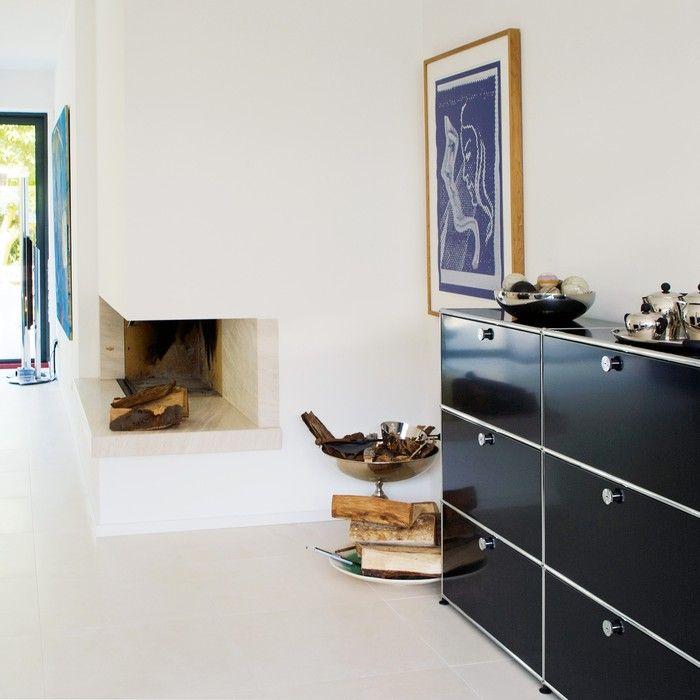 USM Haller Sideboard im Wohnraum (mit neun Klapptüren) - Schwarz - wohnen schwarz wei