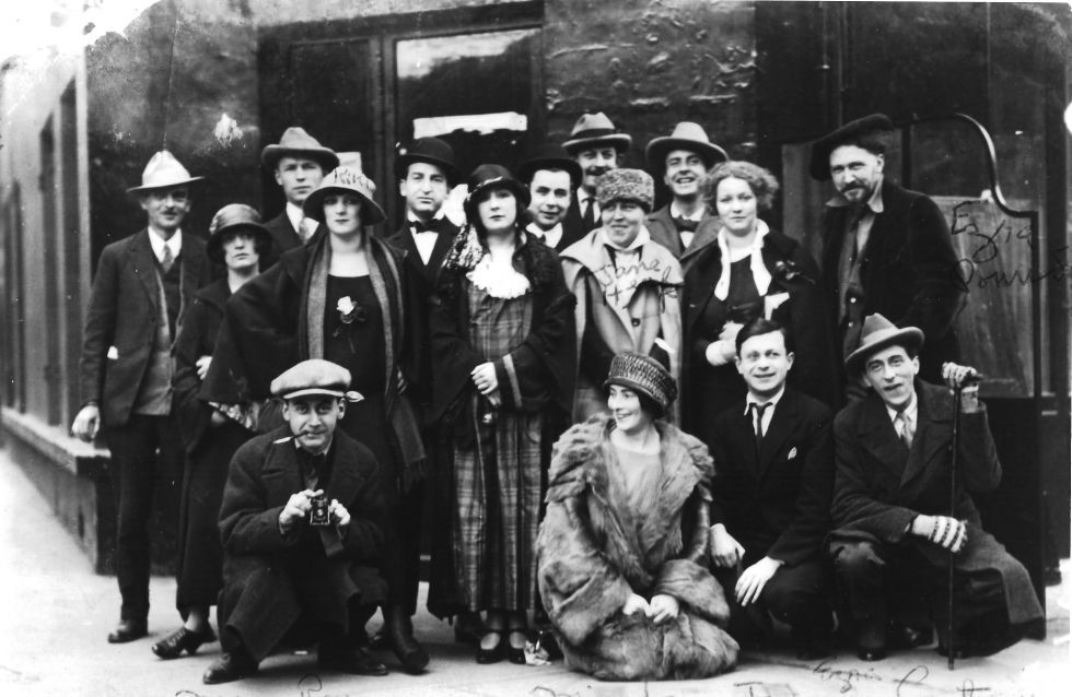 Rive Gauche | Some of the artists in Paris intellectuals of the 20s, Ezra Pound (standing on the left) Jane Cocteau (with cane) through Mina Loy (kneeling on the floor).