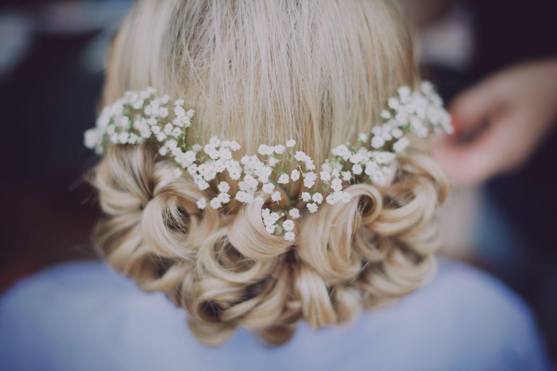 Coiffure jolie Chignon fleurs, photographe de mariage en dordogne - Ulrike Photographe