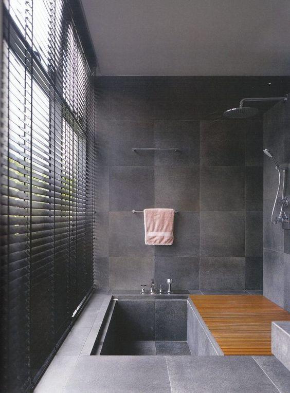 wanne dusche kombination badezimmer matt graue fliesen jalousien ...
