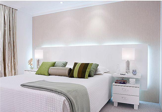 A sofisticação deste quarto de casal é resultado da luz indireta - feita por duas lâmpadas tubulares fluorescentes de 36 W e 1,20 m de comprimento - na cabeceira projetada pela designer de interiores Cibele Petrangelo