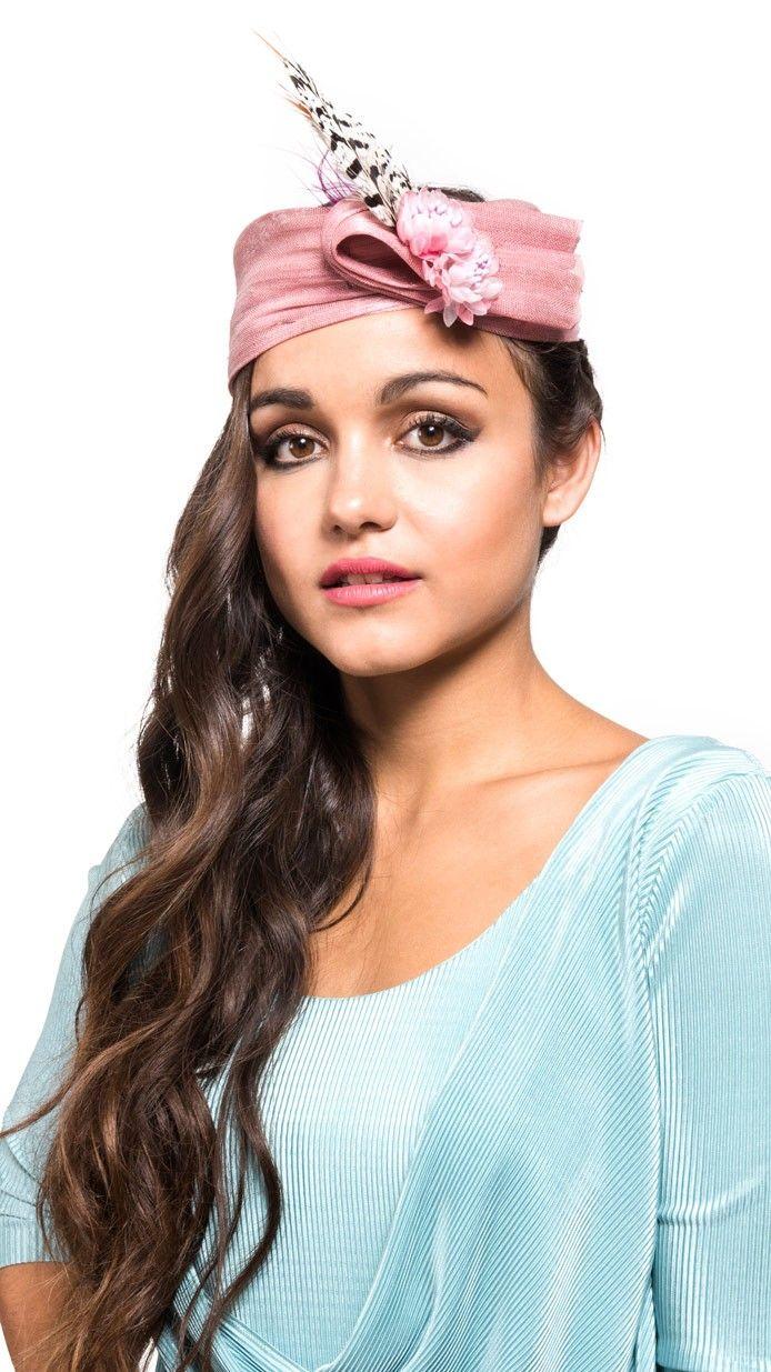 turbante de synamay rosa para invitada de bodas en alquiler