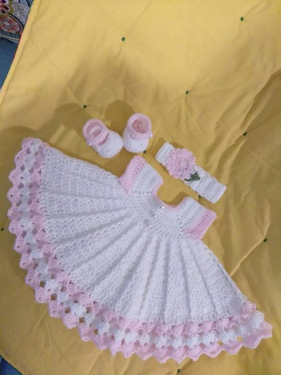 Bebé vestido de crochet blanco con botones de ajuste y perla