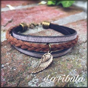 [:de] Dieses Armband mit Flügel habe ich aus zwei breiten und einem geflochtenen Lederband gefertigt. Der Flügelanhänger aus massiver Bronze harmoniert perfekt dazu.[:]