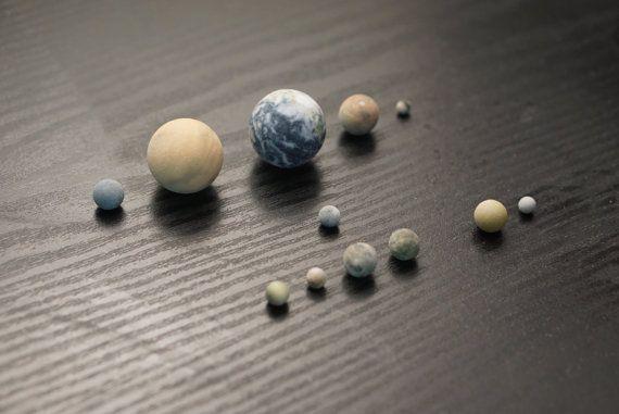 Vier planeten, Pluto en manen op schaal, van LittlePlanetFactory op Etsy