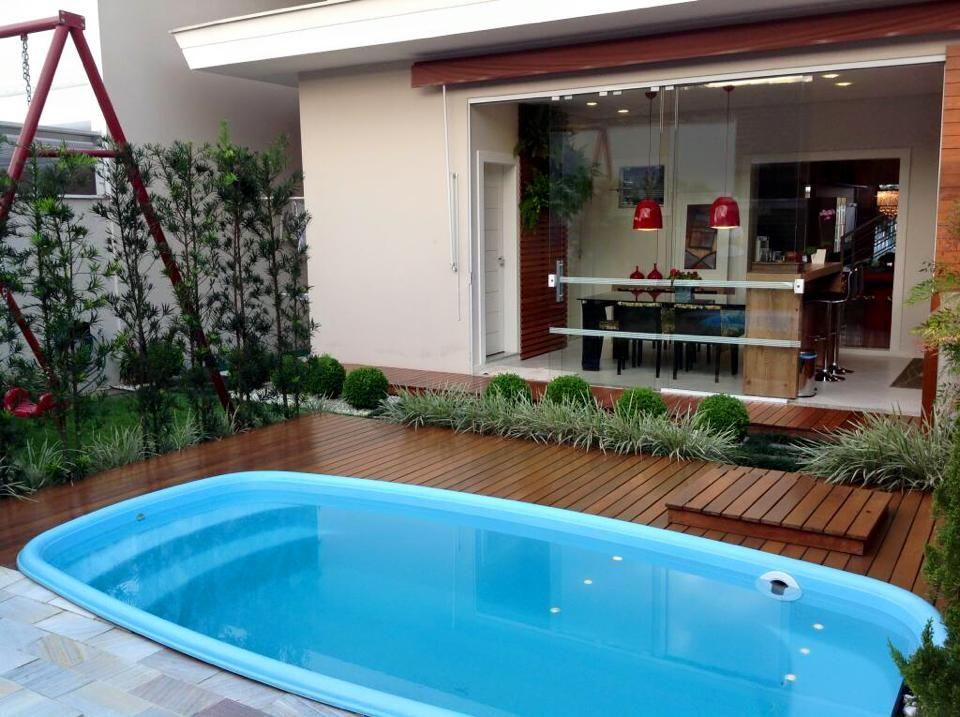 rea da churrasqueira jardim deck e piscina em uma