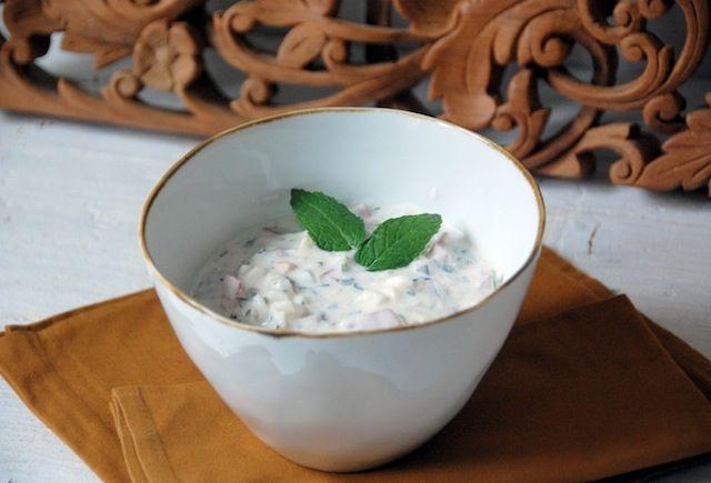 La raita es un plato original de la cocina hindú que habitualmente se usa como condimento, ensaladas o acompañamiento de platos principales, aunque también la puedes emplear en  entrantes y aperitivos si