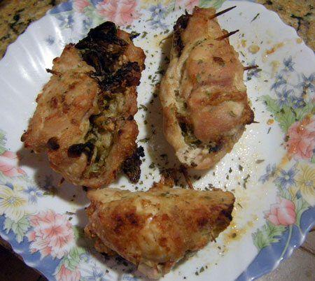 Unos filetes de pollo, unos frutos secos y una ensalada de tomate para un plato espectacular, barato y muy fácil.