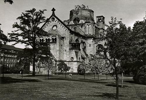 Berlin 1945 Ruine der Gnadenkirche im Invalidenpark. Es gibt kaum Bilder unmittelbar nach '45.