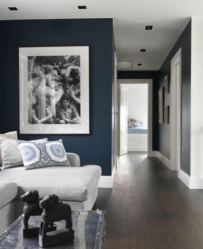 Salon Bleu Petrole Dans Un Style Art Deco Avec Des Meubles Blancs Et Grand  Tableau Au