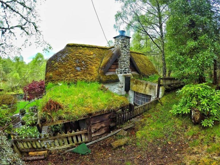 Modern Sod Roofing A Gorgeous Real World Hobbit House In Scotland Scotland Unique Hobbit Home Designs Hobbit House House In Nature House In The Woods
