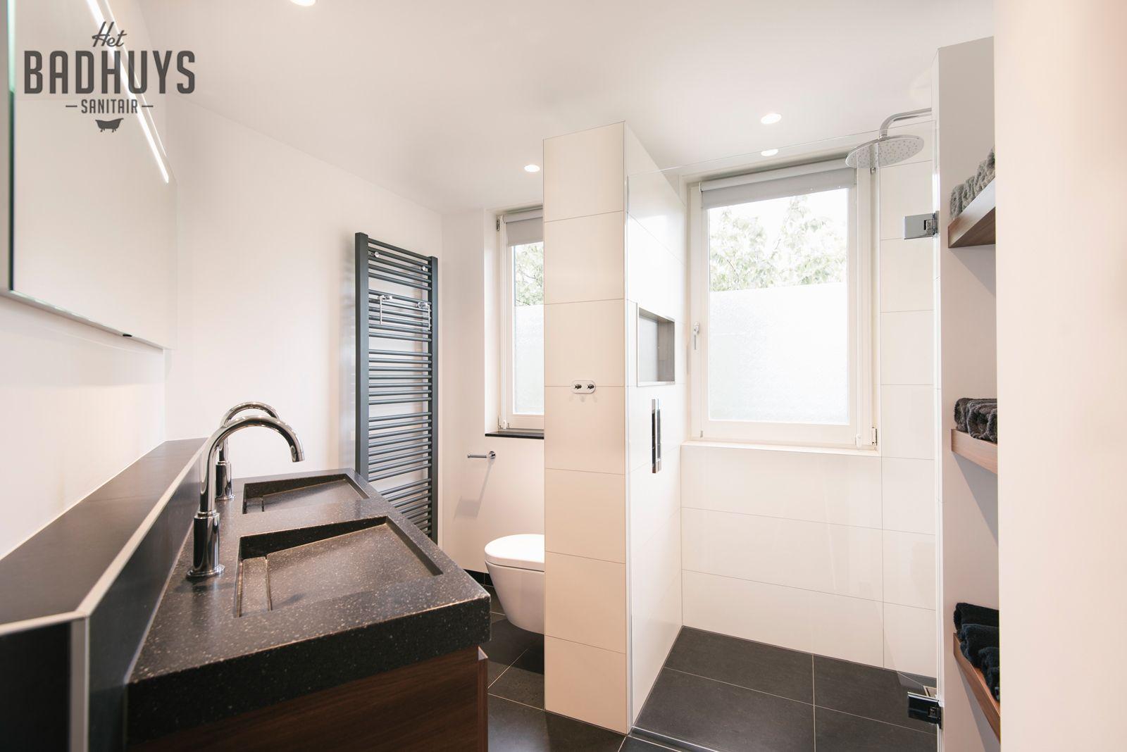 Badkamer Op Maat : Moderne badkamer met ruime inloopdouche en schapjes op maat
