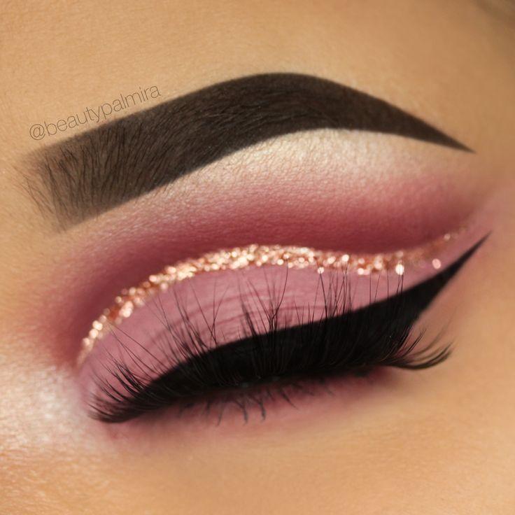 Makeup Strawberry Cutcrease mit goldenem Liner, schwarzem Eyeliner mit Flügel und rosarotem … -