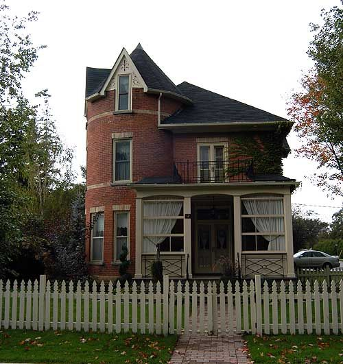 Different Exterior Home Styles: Queen Anne In Kingston / Color Scheme