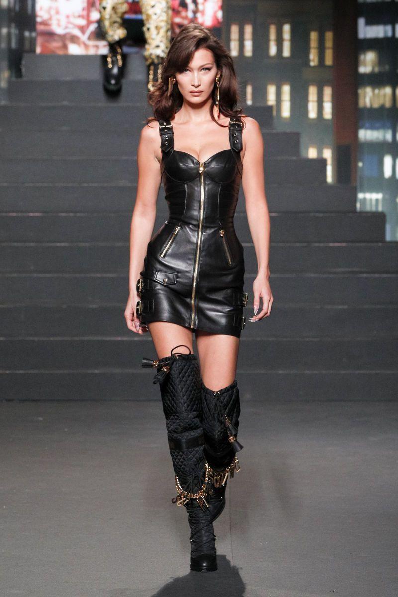 fashion runway #fashion Bella Hadid #moschino #hamp;m #runway #gigi #bellahadid #gold #fashion #mode #style #glamour #glamourgermany New York Modası, Podyum Modası, Mankenler, Lüks Moda, Defile, Moda Kıyafetler, Kadın Giyim, Stil Ilhamı, Club Elbiseleri