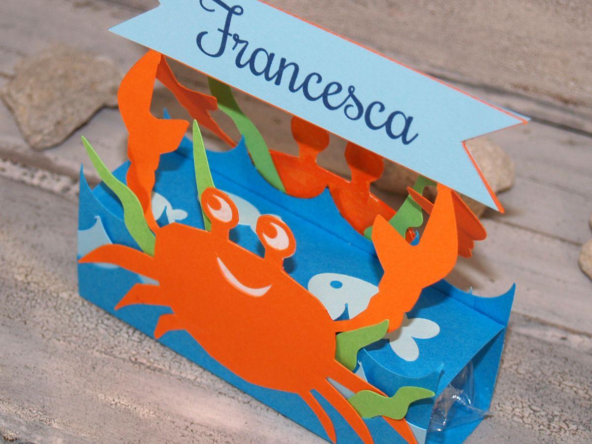 Segnaposto personalizzato con granchio, pesci, onde marine e alghe.