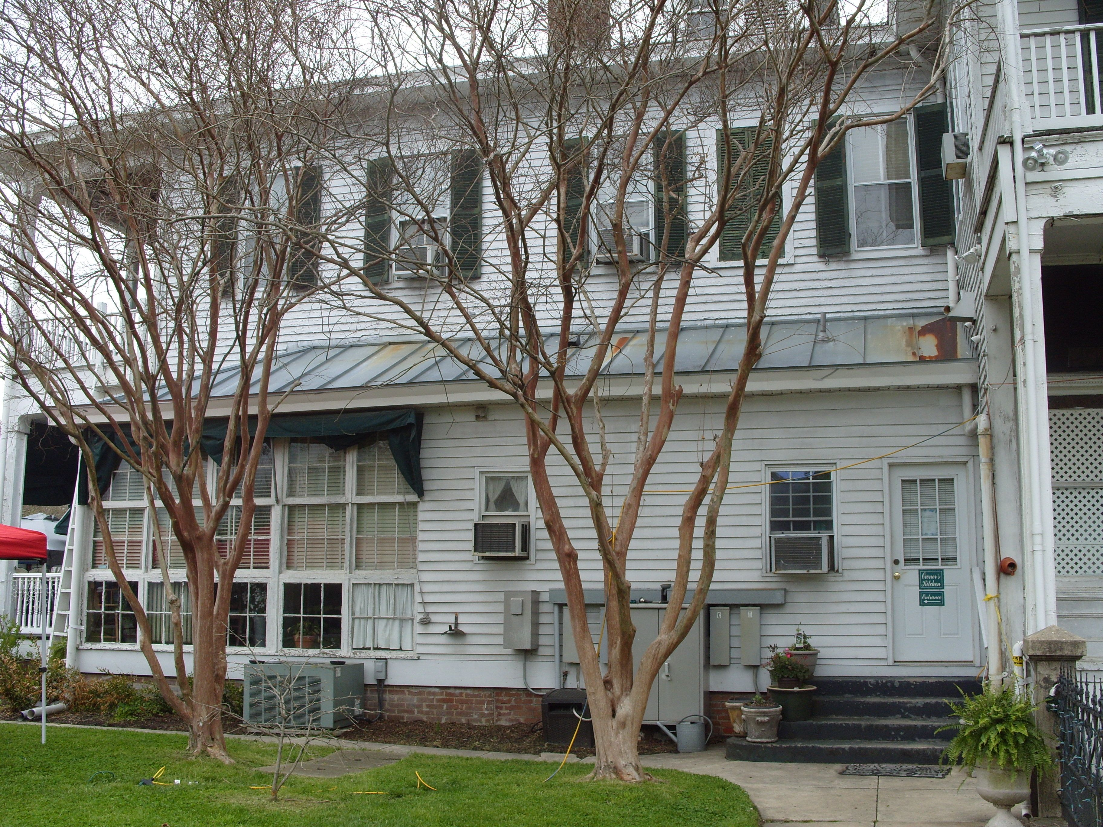Side view of Boxwood Inn in Newport News. The bed and