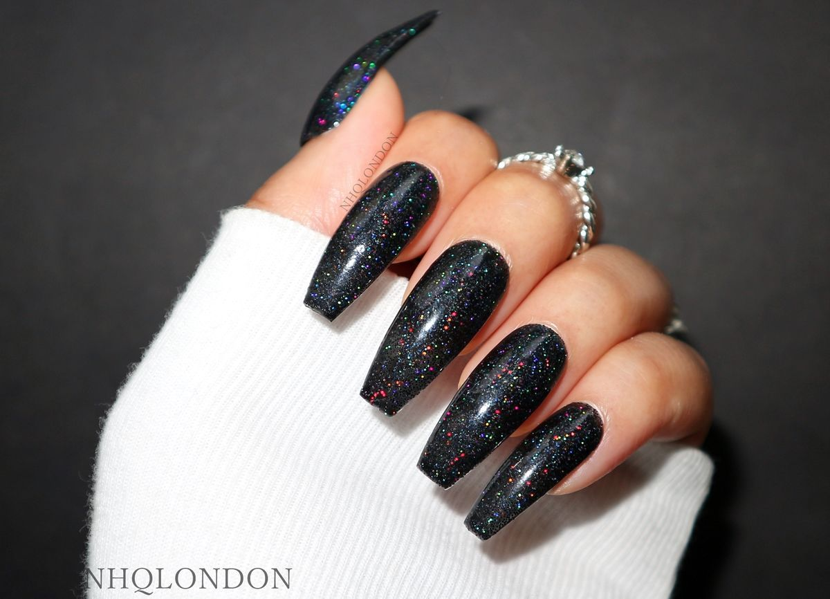 NAIL SIZE GUIDEMagical holographic black glitter custom faux nails▪️ Experience the allure of Interstellar▪️ Black hypnotic holographic glitter ▪️ Sparkles like a trillion stars in the galaxy▪️ Hyper glossy finish WEARINGLong CoffinSHAPEChoose fro...