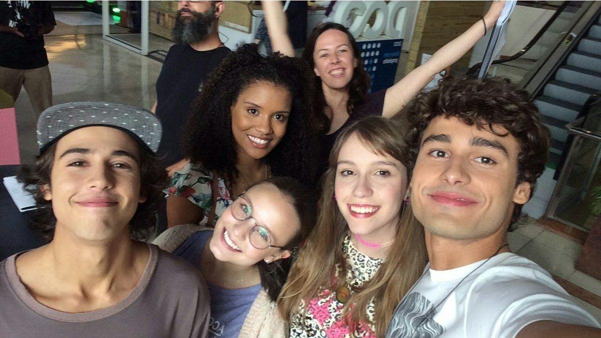 1d728242d21db Larissa Manoela posando para foto de grupo com seus amigos durante a  noturna de hoje ✌. Lindoss . Via Snapgram  meus15anosofilme