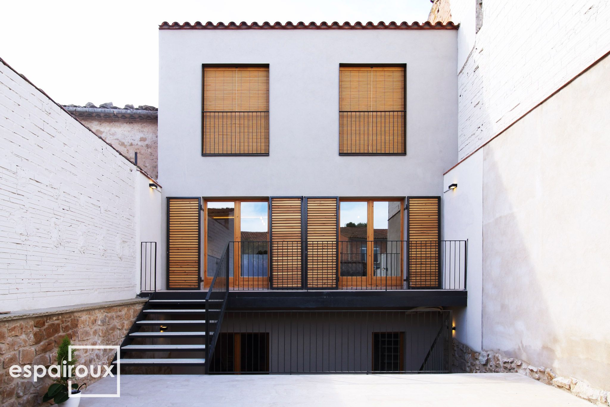 Fachada posterior de una vivienda unifamiliar entre - Fachadas viviendas unifamiliares ...