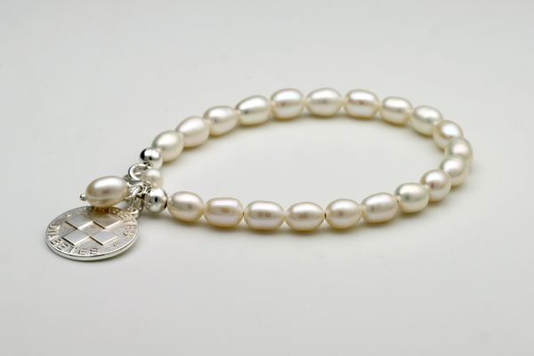 Denise, pearl bracelet with a diabetes tag
