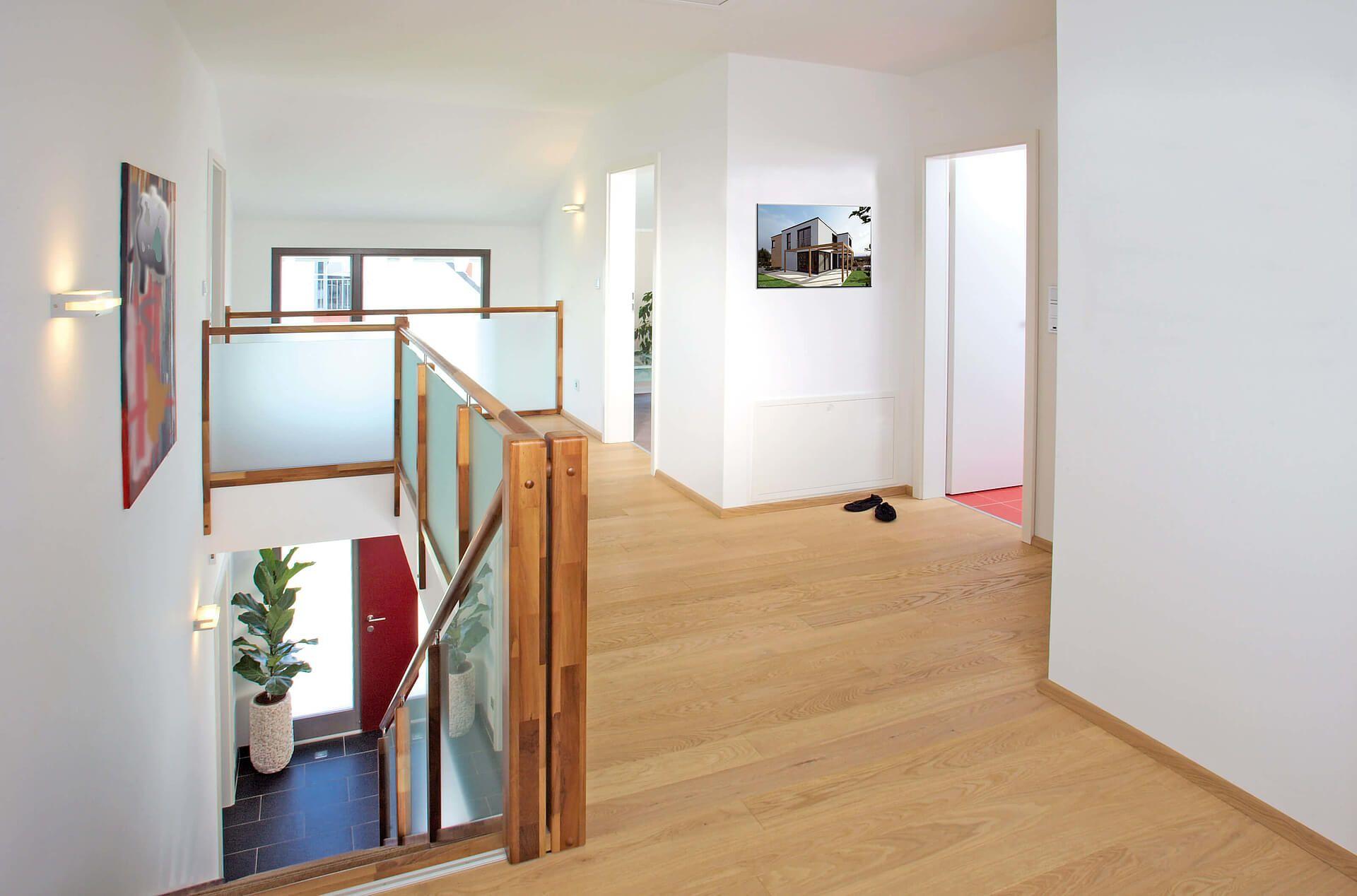 Heller Holzfußboden ~ Galerie heller holzfußboden weiße wände treppe treppengeländer aus