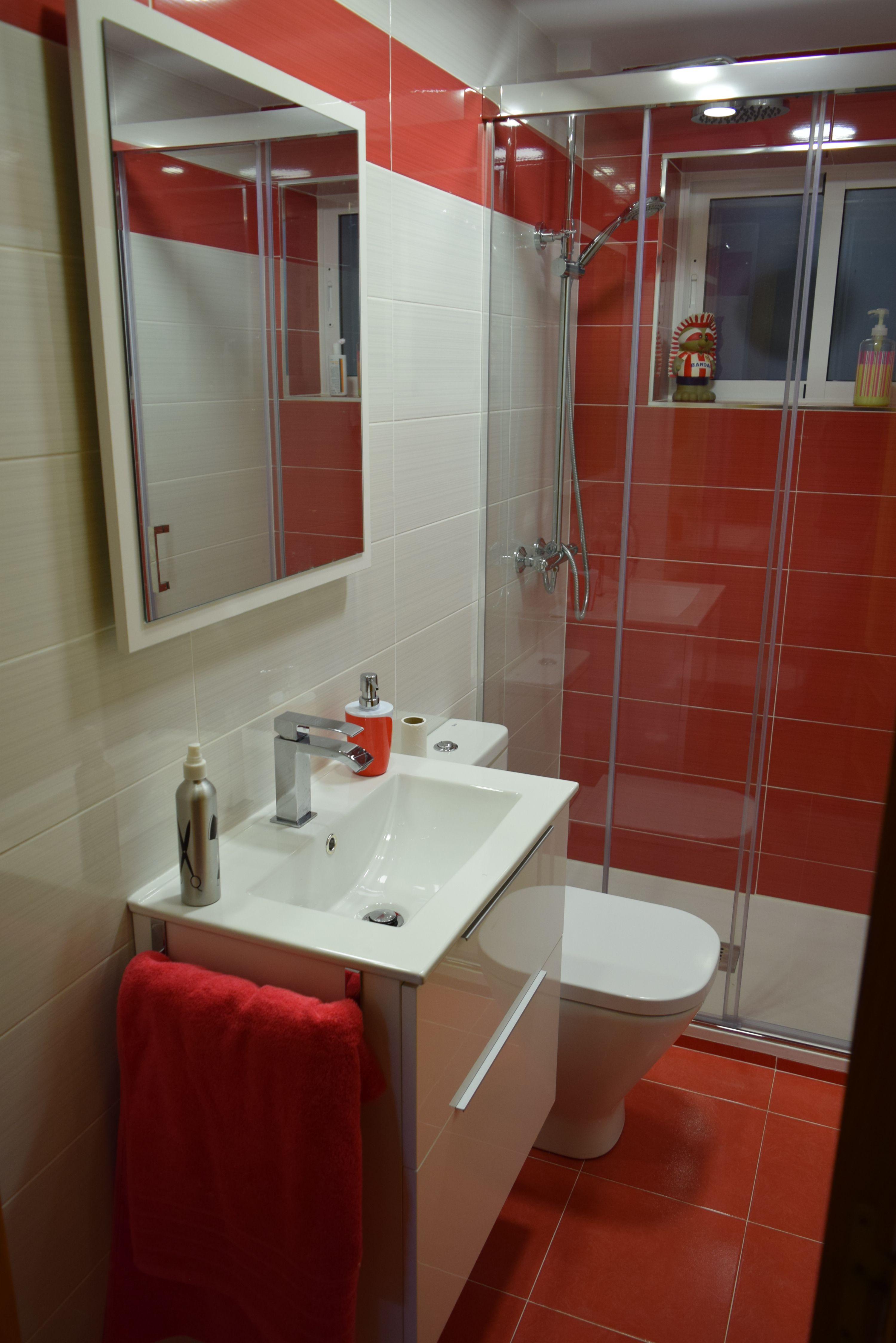 Reformabaño Por Nahargres Con Azulejos De Apegrupo El Color Rojo Simboliza La Vit Planos De Baños Pequeños Muebles Para Baños Pequeños Cuarto De Baño Rojo