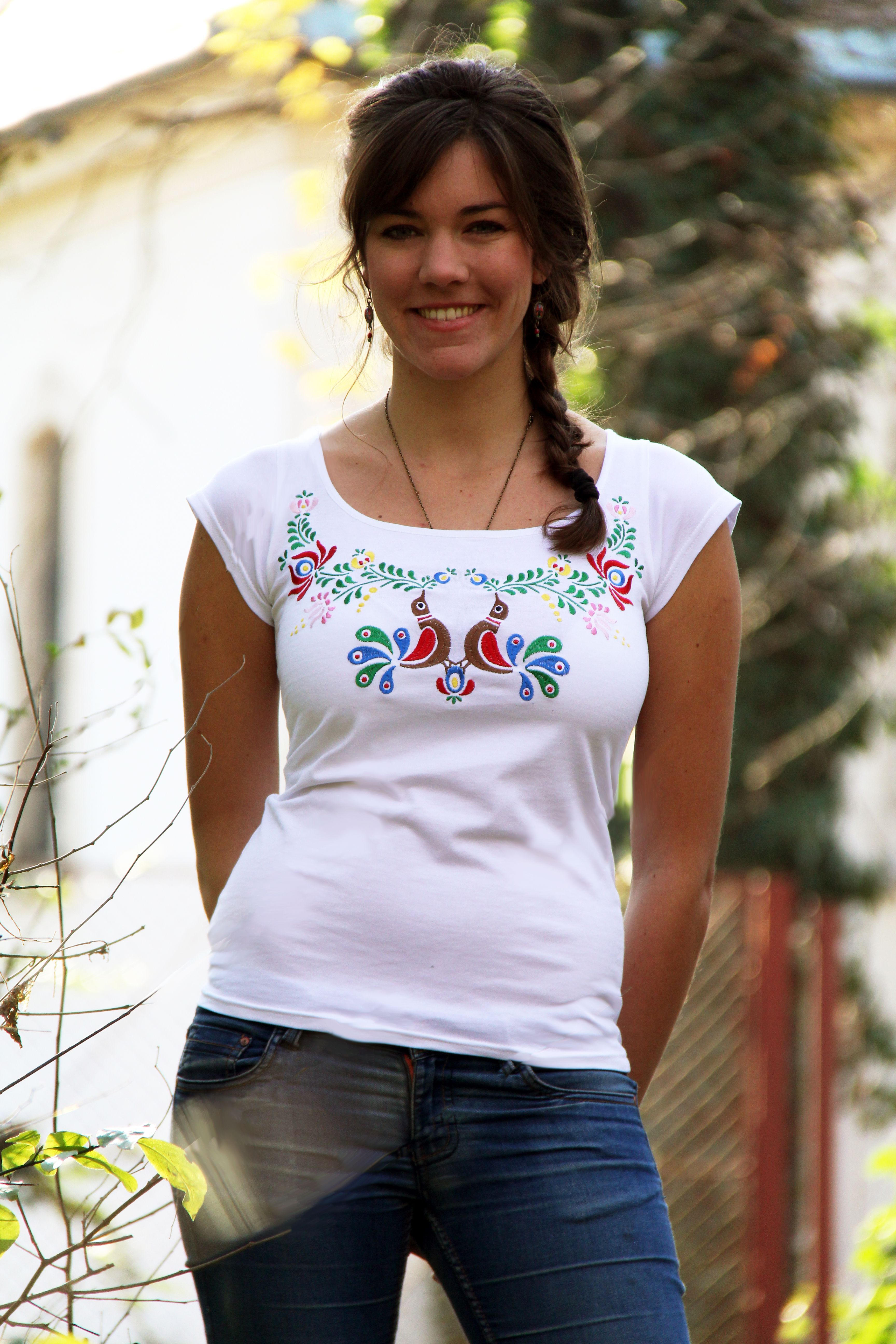 40267ef46a Hímzett színes madárkás matyó póló-fehér Színes Madarak, Hímzés, Trikók,  Etsy,