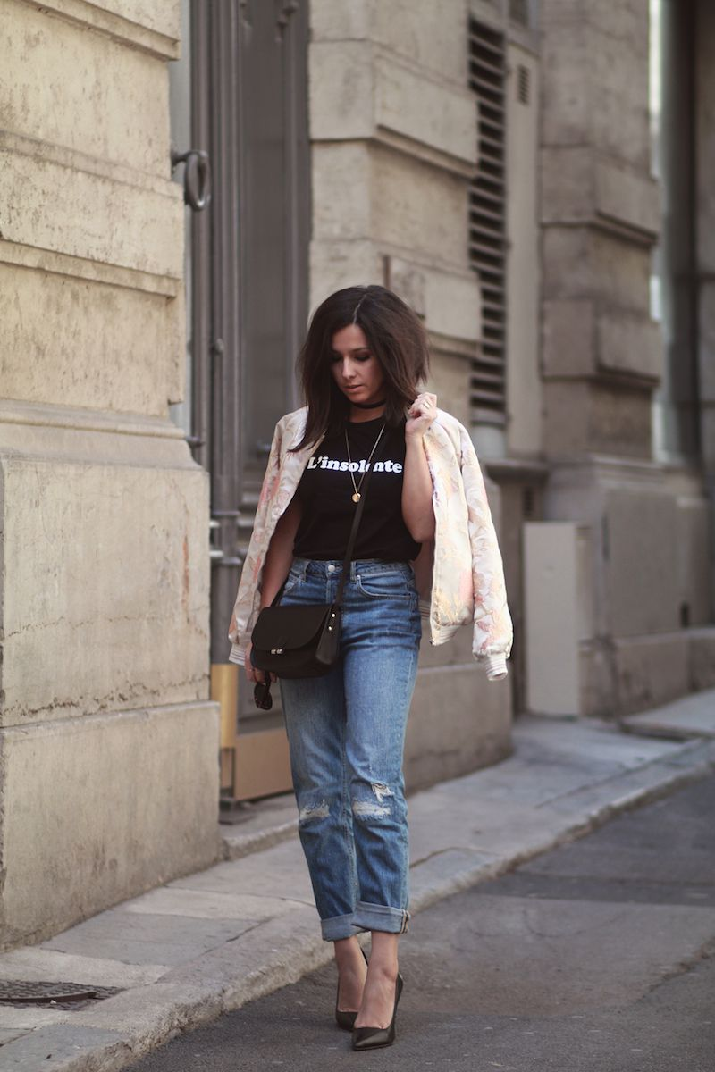 3155c2e76f0 Bomber fleurs T-shirt à message Jean taille haute relaxed mom H M escarpins  Cosmoparis Look printemps 2017 blog mode tendance Le Petit Monde de Julie