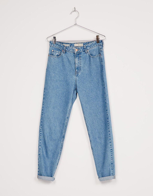 b6f0428aba Calças de ganga  Mom Fit . Descubra esta e muitas outras roupas na Bershka  com novos artigos cada semana