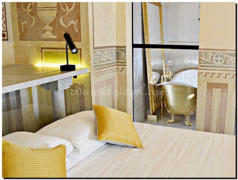 Vintage Spiegel Goud : Luxe en rijkdom in deze badkamer met een gouden ligbad en een