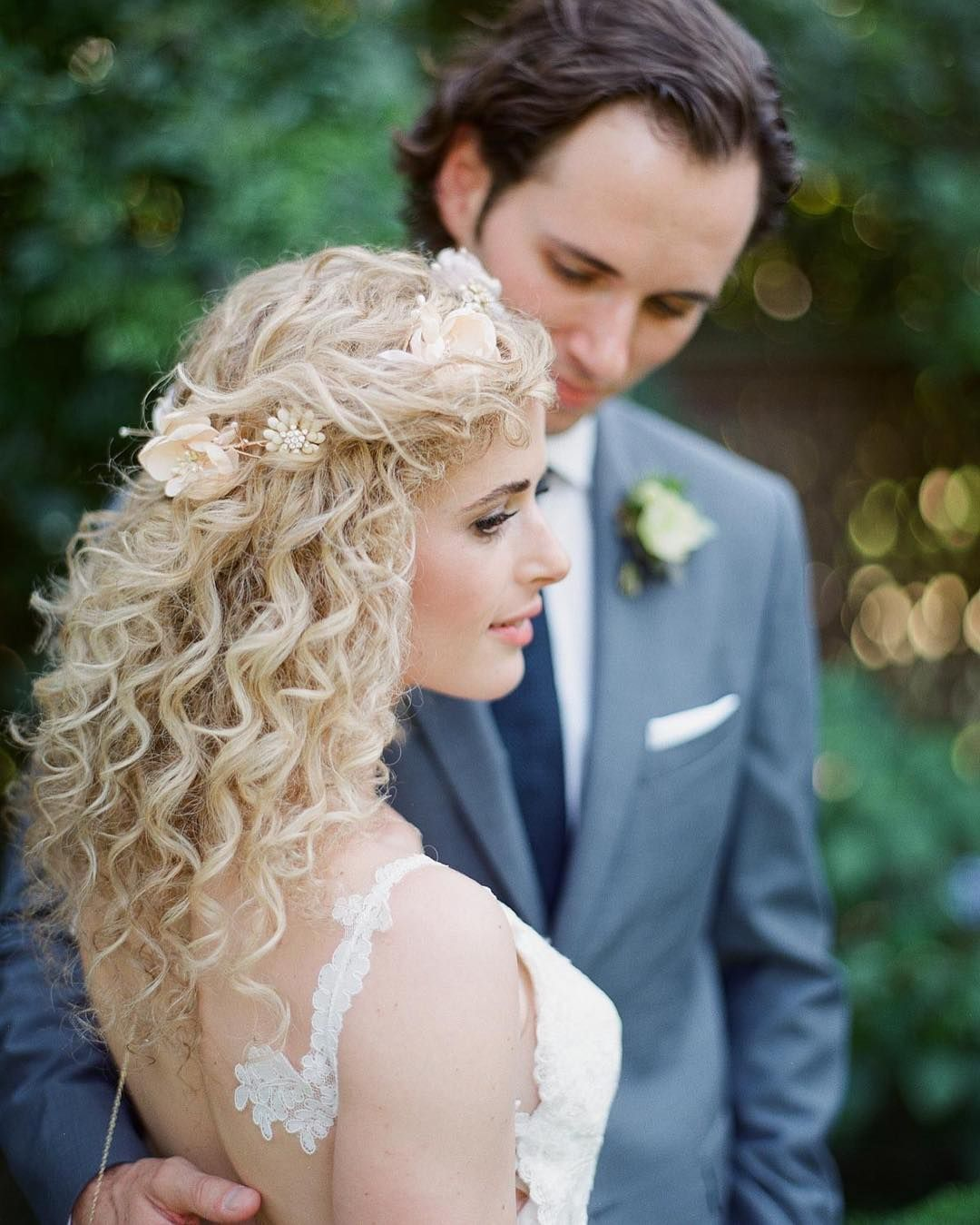 6 Instagram Worthy Wedding Hairstyles For Brides With Naturally Curly Hair Weddinghairdown In 2020 Curly Wedding Hair Curly Bridal Hair Curly Hair Styles Naturally