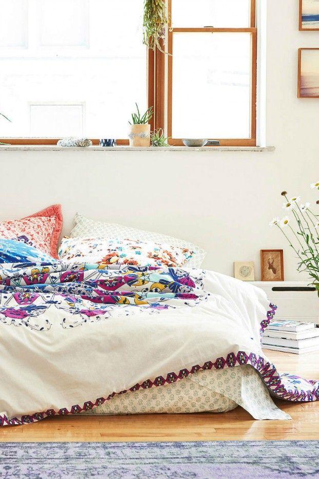 Schlafzimmer Ideen Im Bogo Stil_schöne Weisse Bettwäsche Mit Blumenmotiv In  Gelb Und Violett