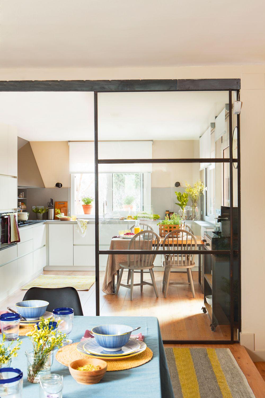 cocina con office separada del comedor por una puerta corredera de cristal y metal - Puerta Corredera Cocina