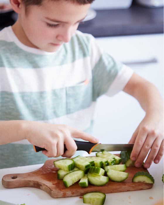 Margoin syn Bruno pomáha pripravovať jednoduché šaláty