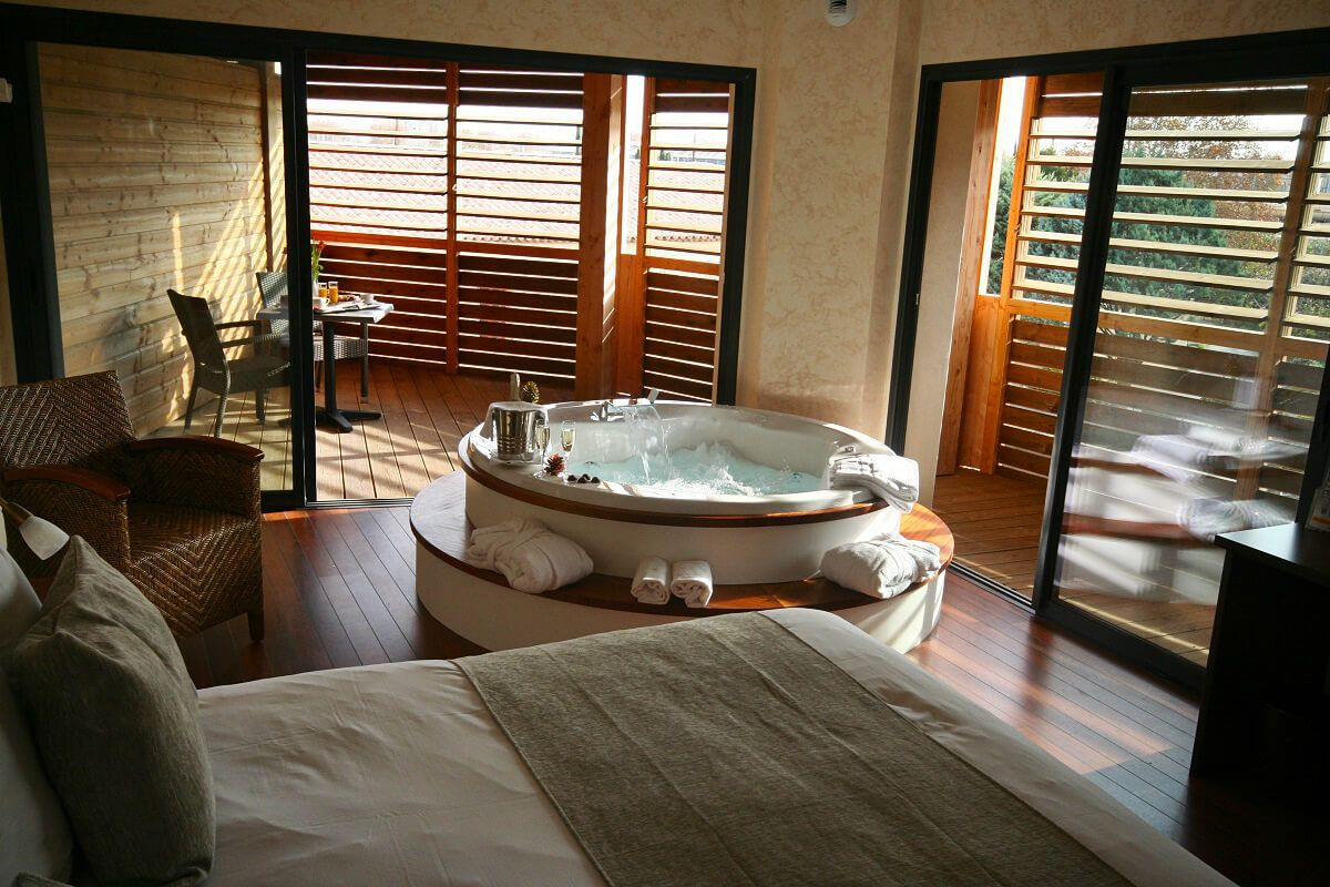 Chambre Avec Jacuzzi Prive Et Decor En Bois Au Clarion Suites Narbonne Ile Du Gue A Narbonne Jacuzzi Jacuzzi Prive Spa Interieur