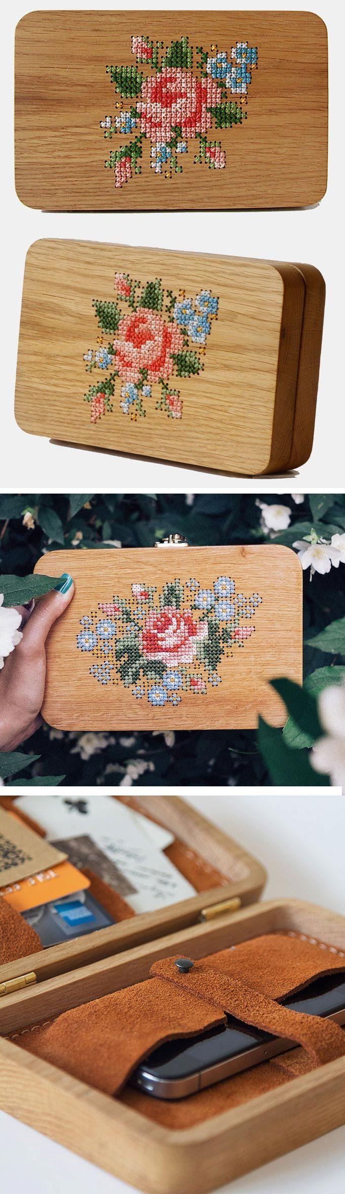 Ponto cruz aplicado em madeira. A caixa revestida com camurça costurada à mão vira bolsa com a alça de corrente. Grav Grav