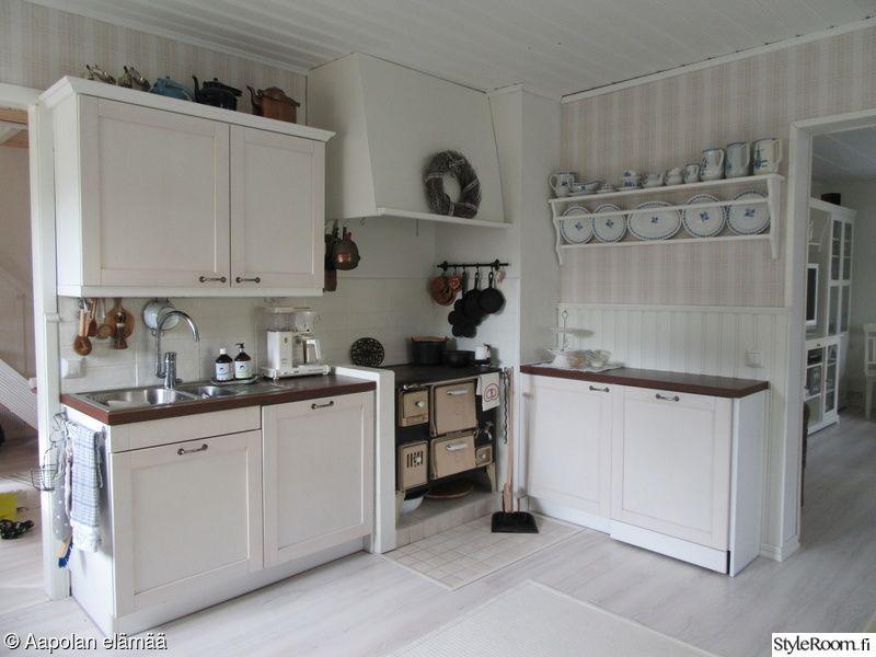 puuhella,keittiö,lautashylly,vanhat astiat,keittiönkaapit