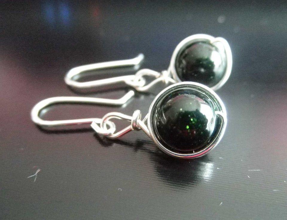 ♥ Geheimnisvoll glitzern diese Ohrhänger in dunklem Grün ♥ Diese ...