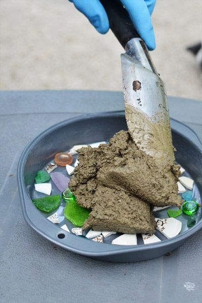 DIY garden stones - use a cake pan!  helpful hints on making garden stepping stones