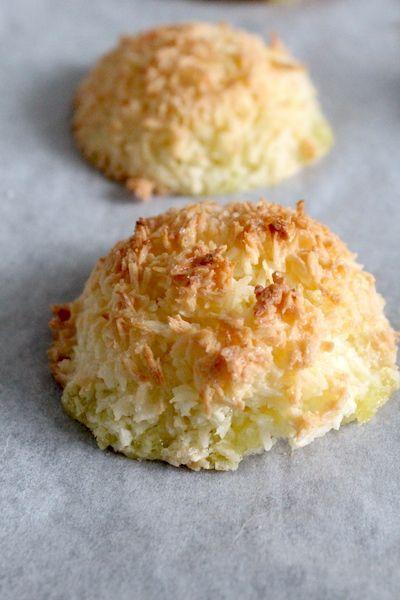 Kokosmakronen, in 15 min klaar. Met weinig ingrediënten!   Nodig (8-10 stuks): 1 ei, 80 gram (kokosbloesem)suiker, 120 gram kokos, snuf zout & snuf bakpoeder