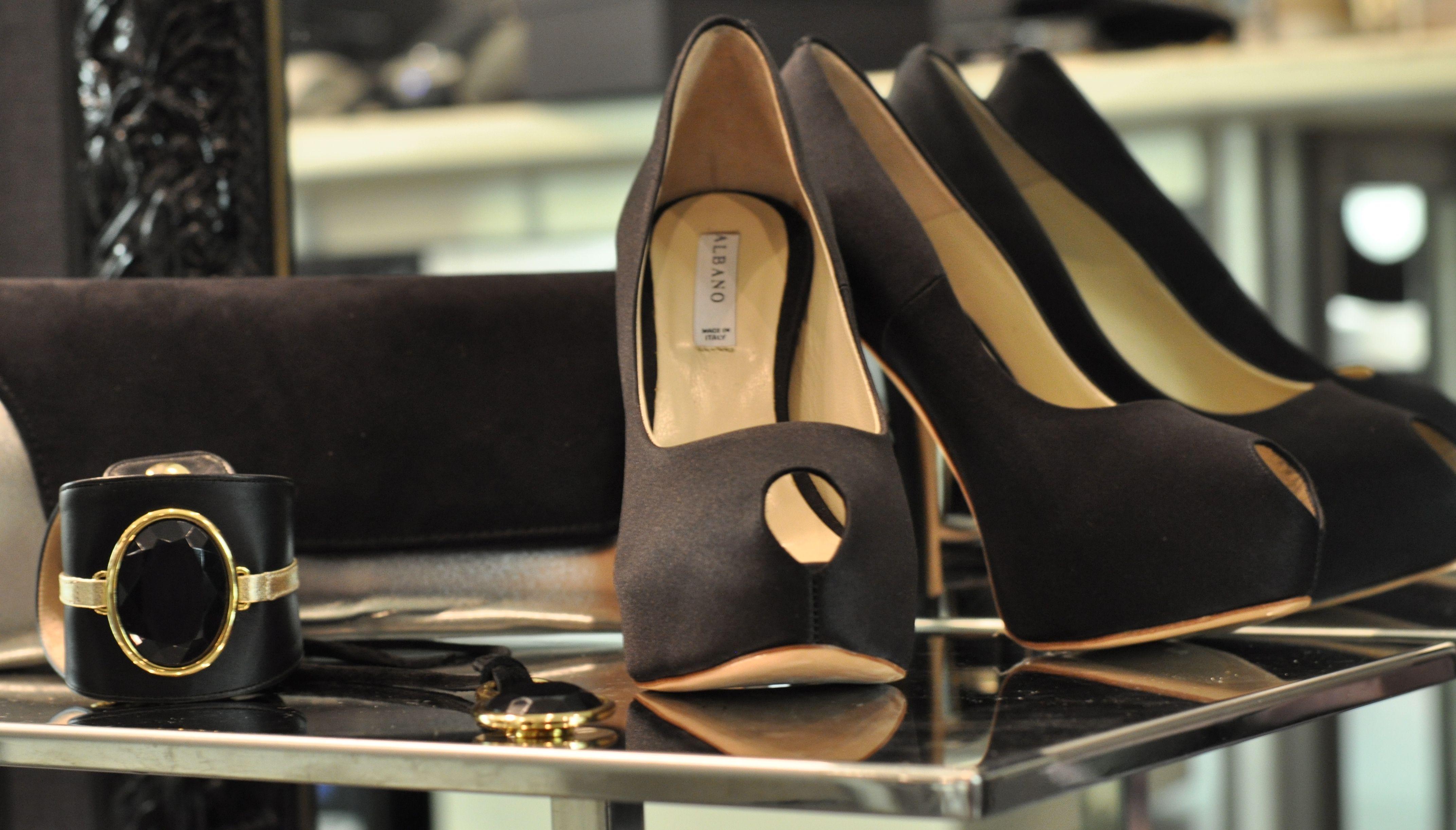 Crea il tuo stile!Scegli Albano indossando décolleté in raso spuntato, abbinando pochette e accessori.