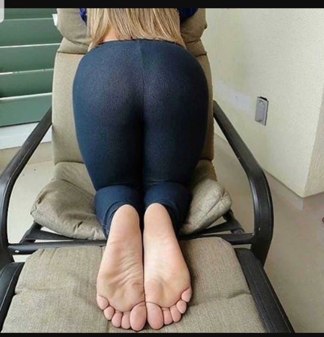 Hot girl yoga pants soles of feet foto 74