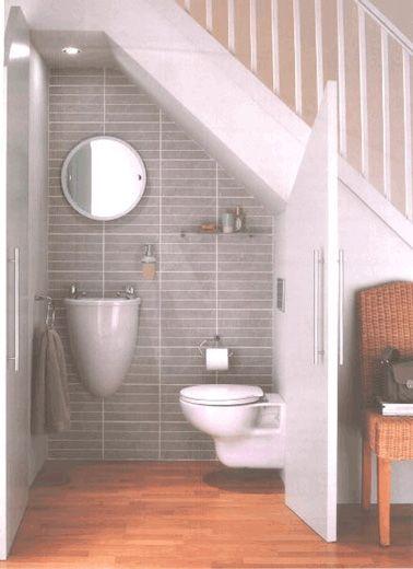 Très Astucieux Du0027optimiser Lu0027espace Sous Escalier En Aménageant Des  Toilettes à La Déco Sobre Et élégante Qui Se Cachent Derrière Une Porte De  Placard