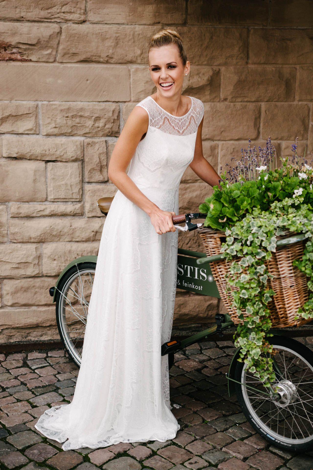 Brautkleid mit Trägern aus Spitze – unsere feminin sportliche