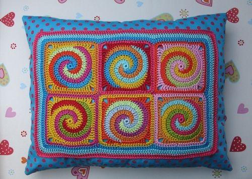 Kissen mit Granny Squares Twister/Spiralen